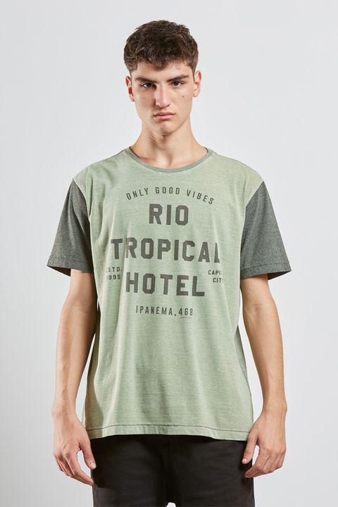 tshirt_tropical_hotel_verde_17577_frente_armadillo