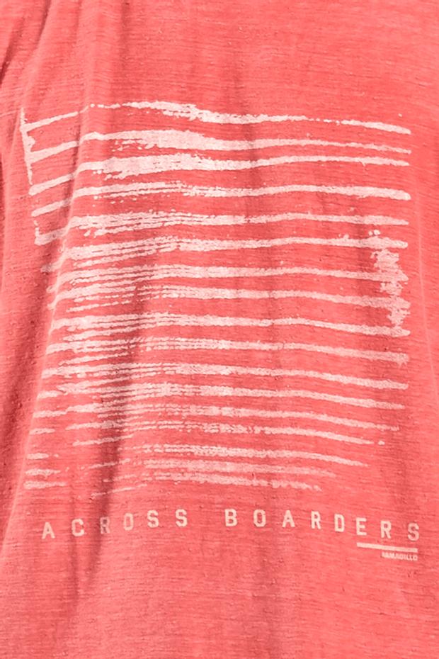 Ref.-18230---T-shirt-malha-across-boarders-vermelho---detalhe