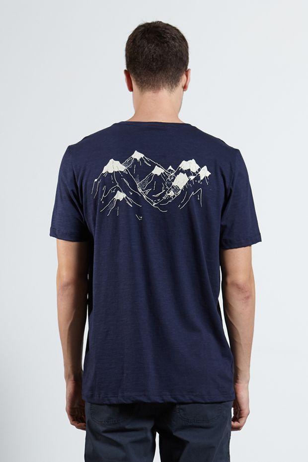 Ref.-18323---Tshirt-Dark-Mountains-Marinho---Costas