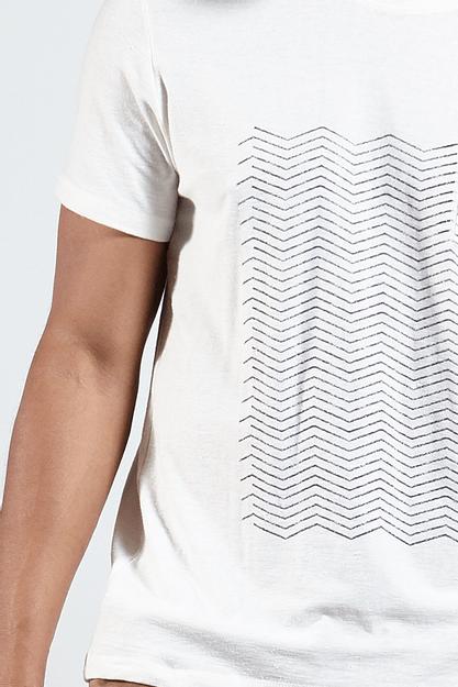 Ref.-18228---T-shirt-malha-graphic-lines-bolso-off-white-detaslhe