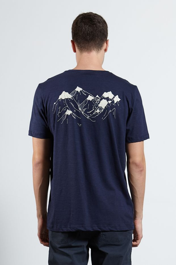 Ref.-18323---Tshirt-Dark-Mountains-Marinho---Costas