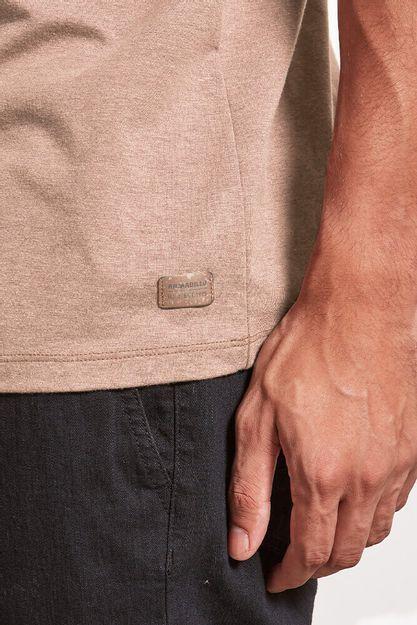 T-shirt-MC-Malha-Canhamo-Classic-Caqui-20560--Detalhe-Patch---1-